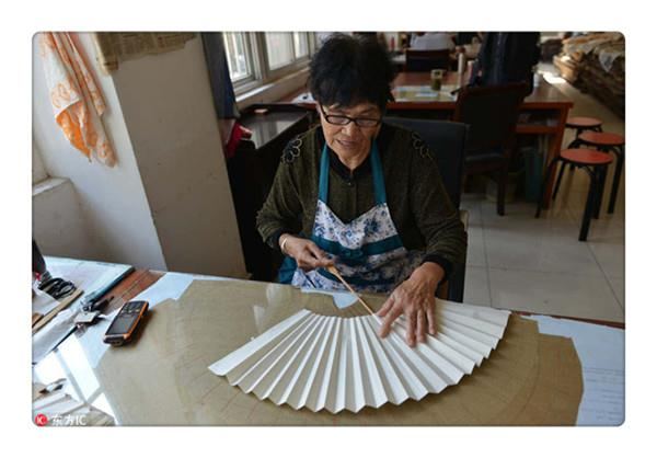 Handmade folding fan of Nanjing is work of art and labor