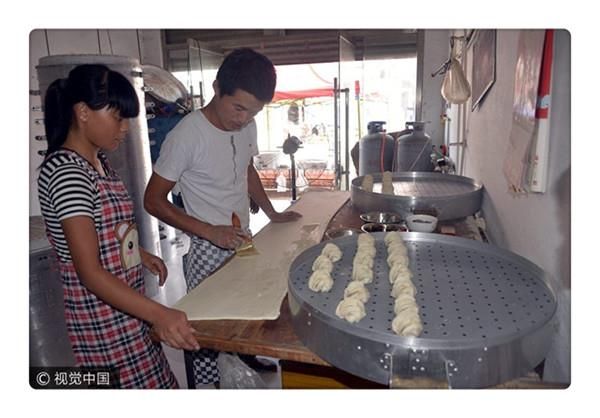 Young entrepreneurs sell steamed bread like hotcakes